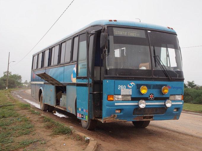 パラグアイ発ならバスのクオリティも大丈夫じゃないかな...なんて乗ったバスはまさかのボリビアナンバー…
