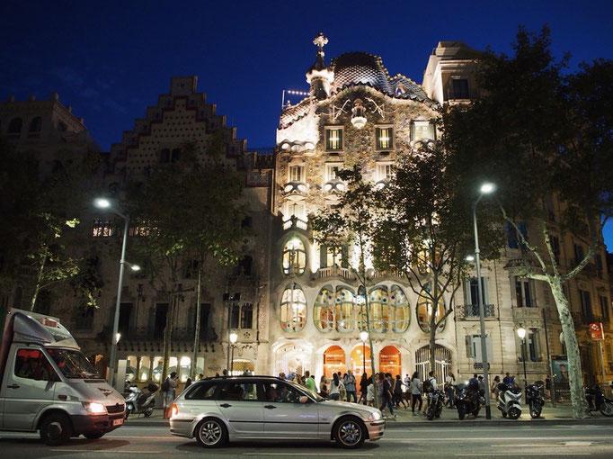 夜もまた独特の存在感で バルセロナの街の中に佇んでいました