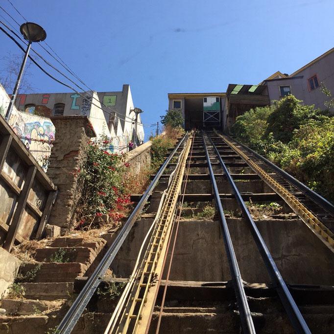 バルパライソは坂の多い町 アセンソールというケーブルカーがいたるところに