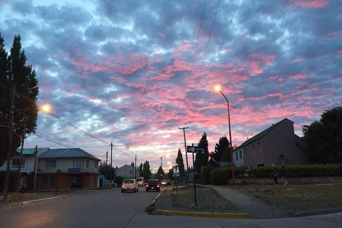 エルチャルテンからバスに乗りエルカラファテへ 朝焼けがふわふわピンク色