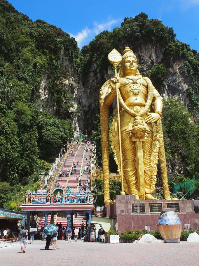 バトゥ洞窟はヒンドゥー教の聖地となっているところ 立派な仏像がお出迎え