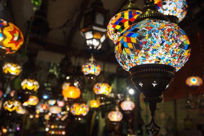 グラナダのお土産屋さん 立ち並んでいるお土産屋さんは どこもきれいなライトでキラキラ
