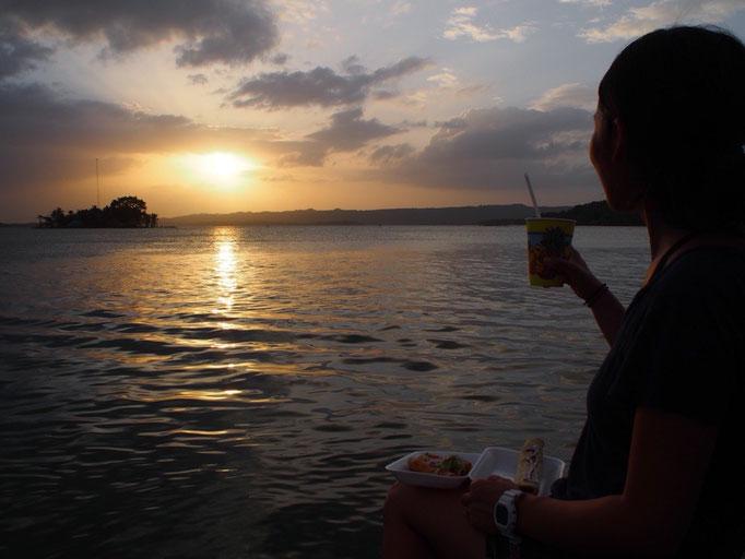 宿から数分歩いたら 夕陽を見ながらごはんが食べられる幸せ