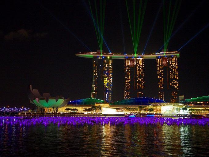 ショーの最中には ビームが出たり 照明の色も穏やかに変わっていって。