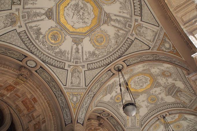 入口付近の天井画の様子 少ない色ですっきりした印象だけれど 描かれている絵はとても細かくて