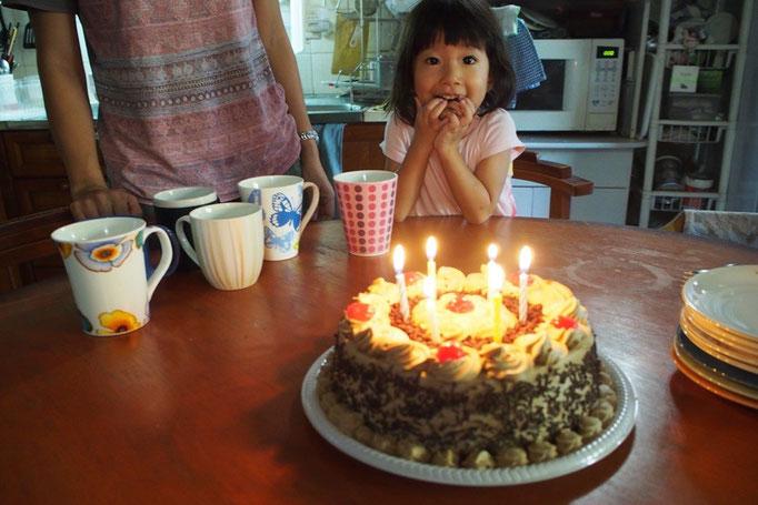 宿で一緒になったご夫妻の旦那さん マルコのお誕生日をみんなでお祝い