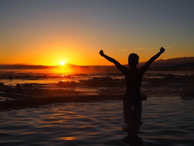 3日目は日の出前に標高5000m近くの温泉に到着 温泉での日の出鑑賞ができてドライバーさんに感謝♡