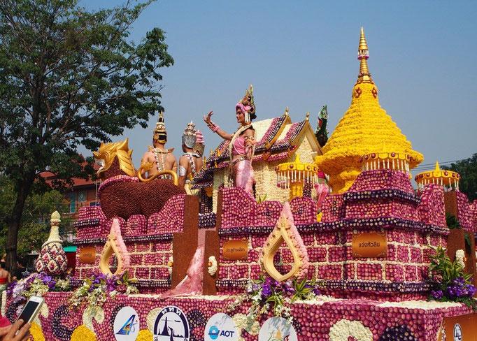 寺院を見学した後は フラワーフェスティバルのパレードの見学に行くことに