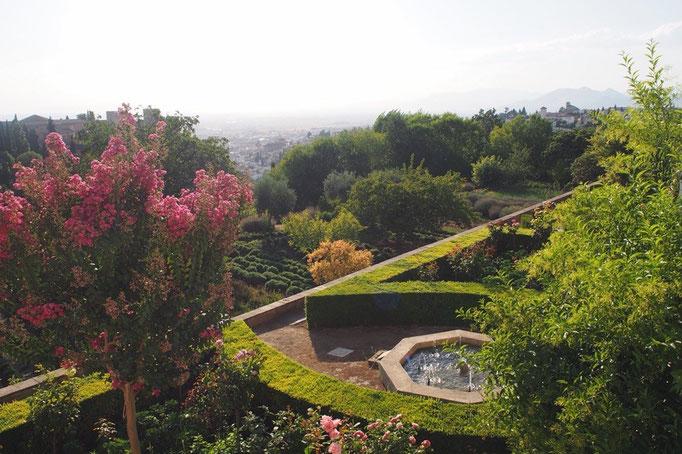 美しい草木や花々に加えて 歩いているとどこかしらから聴こえる 噴水や水路を流れる水の音が心地良い