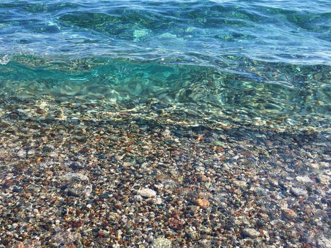 海が波を打った時に 波を通して海の中を見るのが好き ここもソーダゼリーみたいな波