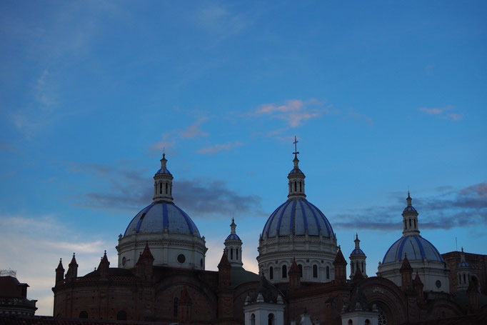 クエンカのカテドラルの屋根は 他の南米のカテドラルとはまた違う雰囲気でとても印象的