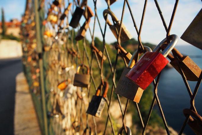 帰る途中で見つけたフェンスは 恋人同士でお願いごとをする場所になっているみたい