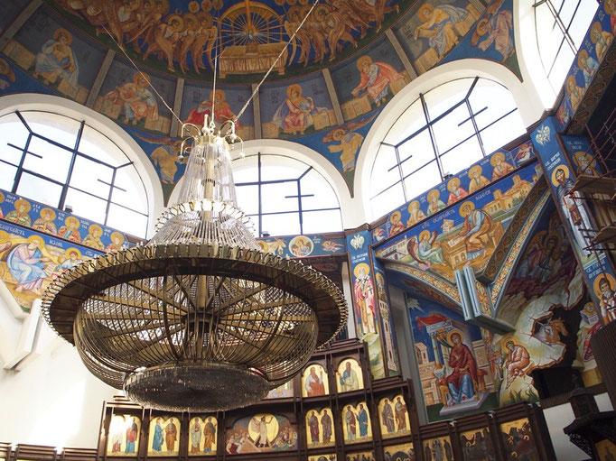 壁や天井に渡って描かれているフレスコ画は 鮮やかなブルーや金色が目を惹きつけます