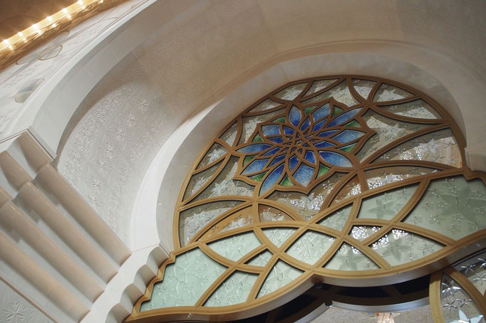 入り口のステンドグラスは 柔らかい色合いの素敵なデザイン。
