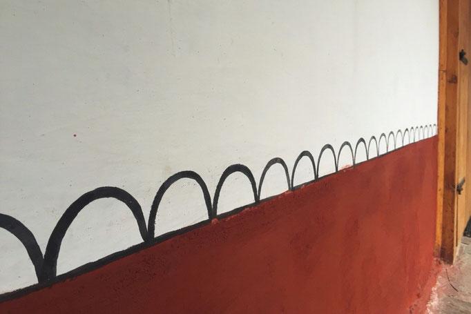 僧院の住居部の壁にいたっては手書きのなみなみ模様 もちろん大きさは1つ1つばらばら(笑)