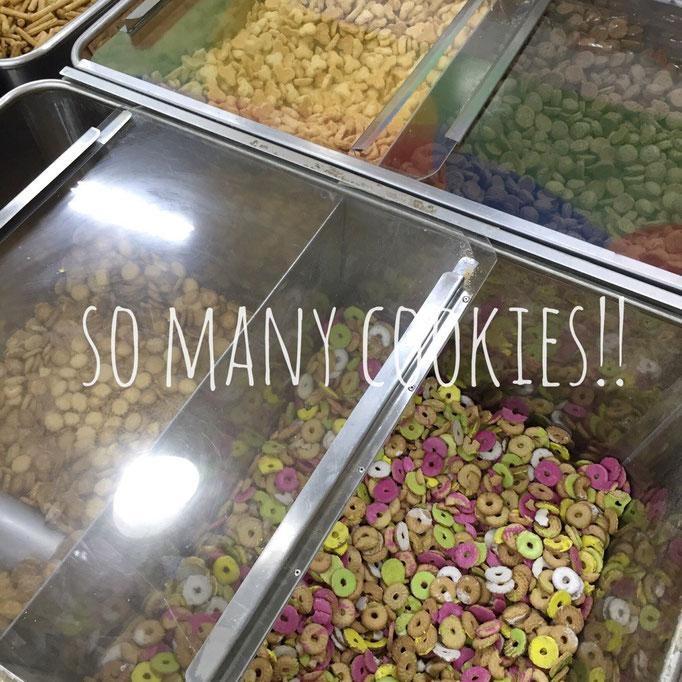 パンやお菓子コーナーでは 量り売りのパンやクッキーがたくさん