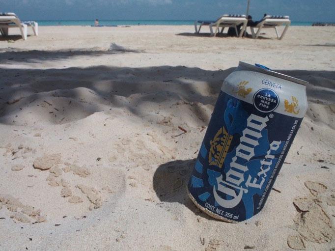 そして朝ごはんを食べたらビールを持ってビーチへお出かけ メキシコはcoronaの本場だけあってリーズナブル♡