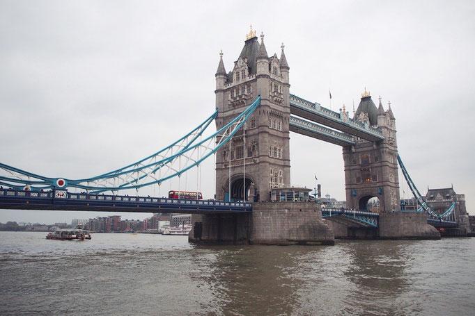 タワーブリッジは隣に掛かっているロンドン橋が気の毒になるくらいの立派な橋