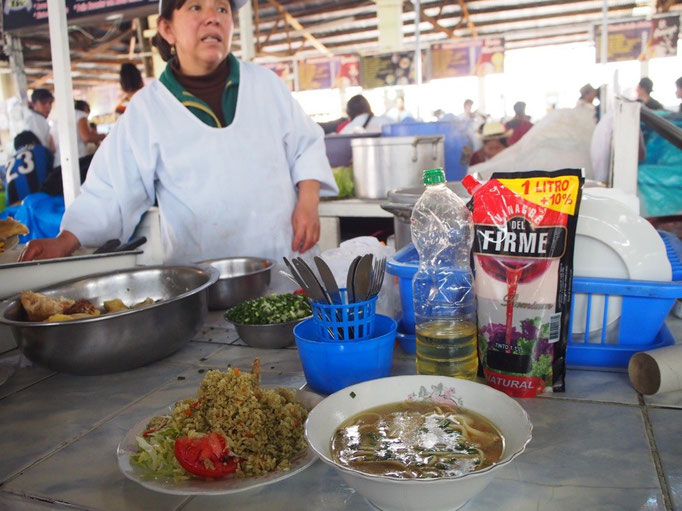 お散歩をしておなかが空いたら 市場に向かってお昼ごはんのお店探し 市場の中には食べ物屋さんがたくさん