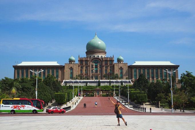 ピンクモスクのあるあたりには マレーシアの主要機関の建物がたくさん