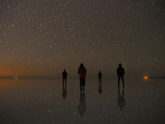 ウユニ塩湖の夜景 満点の星空が足元にまで転がっているみたい