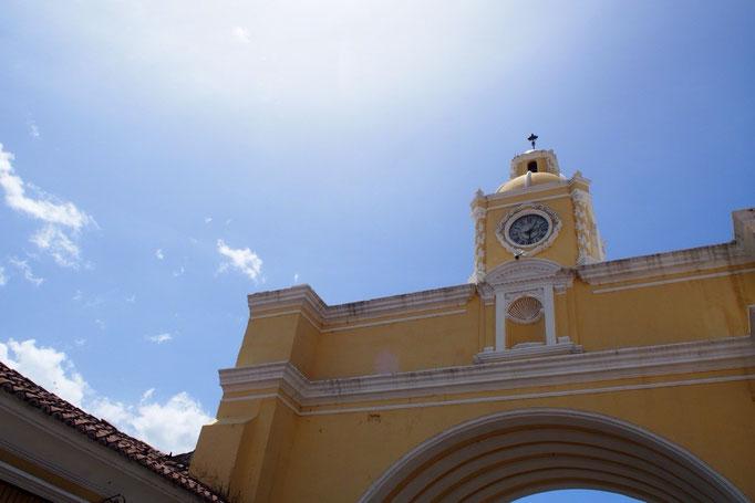 すごくいいお天気で 時計台の周りには人がたくさん