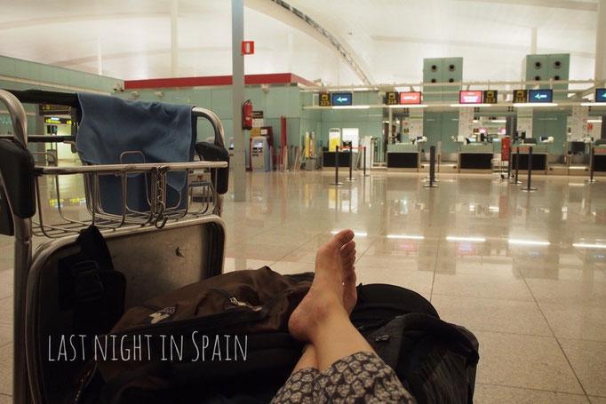 スペイン最後の夜は 久しぶりの空港泊 買ってきたサラミとビールで乾杯♡