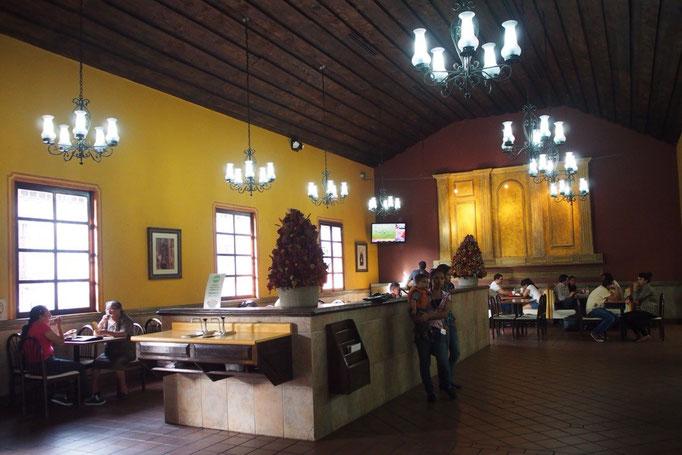"""アンティグアは町並みが世界遺産の町 中には""""世界一美しいマクドナルド""""と称されるマックも"""
