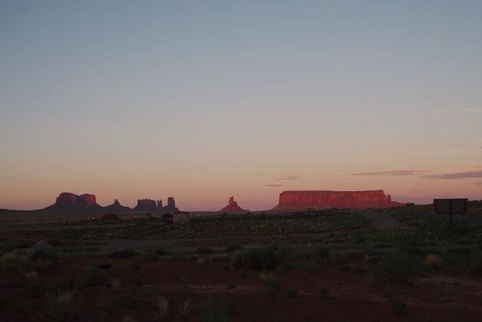 夕焼けに染まるモニュメントバレーは ビュートもまわりの空気もピンク色