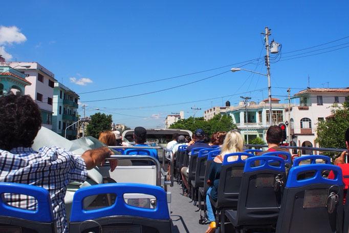 ハバナでは久しぶりに観光バスに乗ってみることに アナウンスがスペイン語のみという...