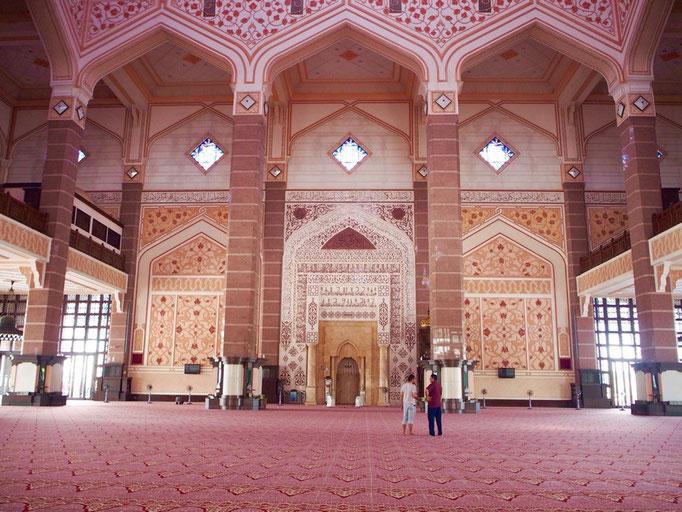 モスクの中の様子 どこをとってもピンク色のふんわり空間♡