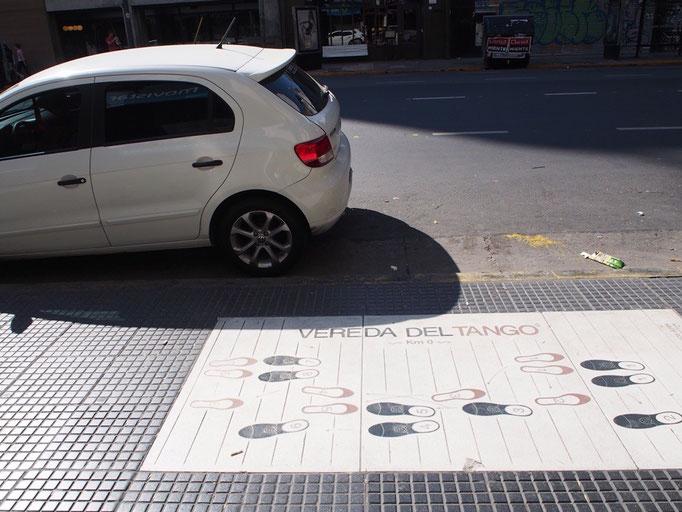 タンゴの国だけあって 歩道にもこんな風にタンゴのステップが記されていたりします
