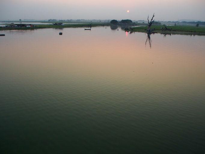 日が沈んでいくにつれて 徐々に色が変わっていく湖面は とても幻想的