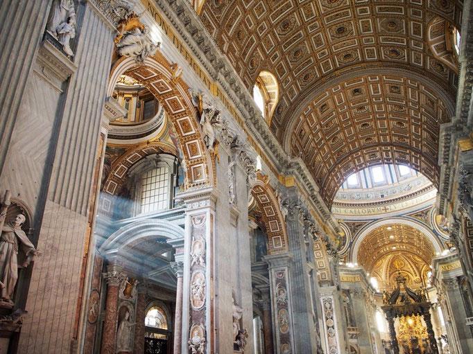 今まで見た大聖堂とは比べものにならないくらい 豪華でありながらも 繊細な装飾が施されていて