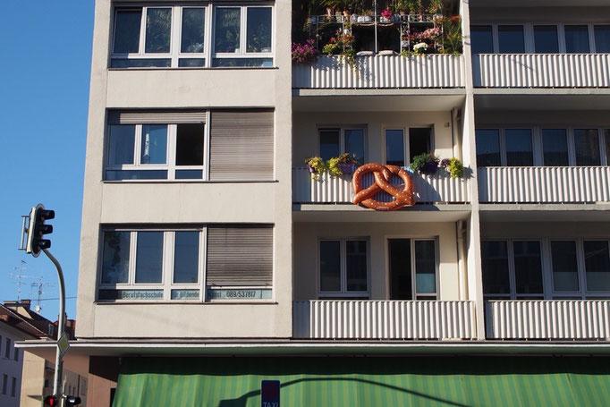 オクトーバーフェストの時期のミュンヘンの街にはかわいいプレッツェルの飾り付けをしているお家も♡