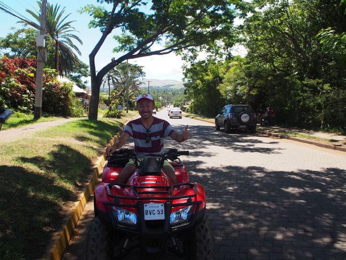 イースター島では2人乗りのバギーをレンタルして島を回りました