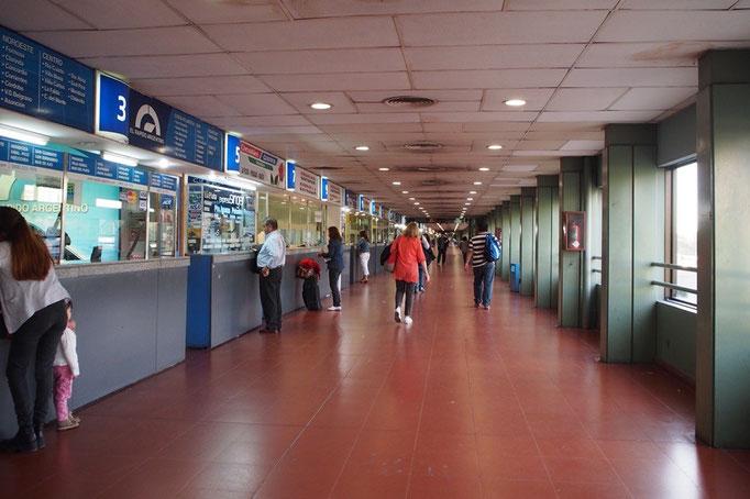 ブエノスアイレスのバスターミナル チケット売り場はこんなにながーい!! 百何十番台まで窓口があります