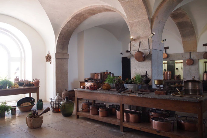 """ペーナ宮殿の調理場の様子 造りや置いてある調理道具がとても素敵で""""ここで調理したい""""と思うくらい"""