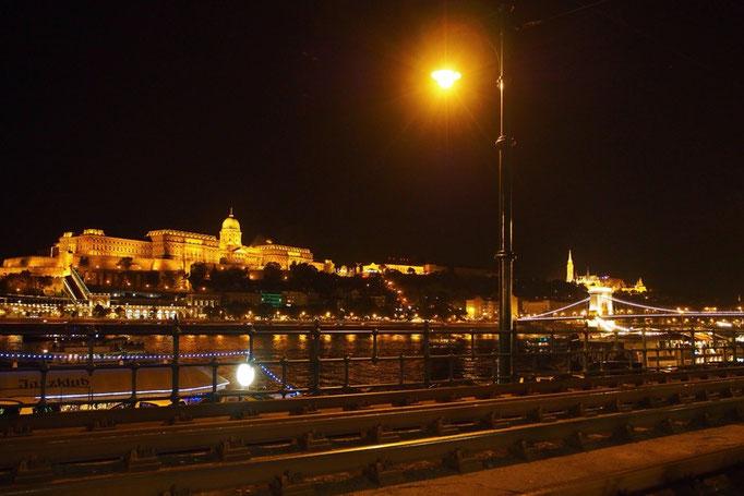 夜は川沿いを歩いているだけでも こんな風な美しい夜景を観ることができました