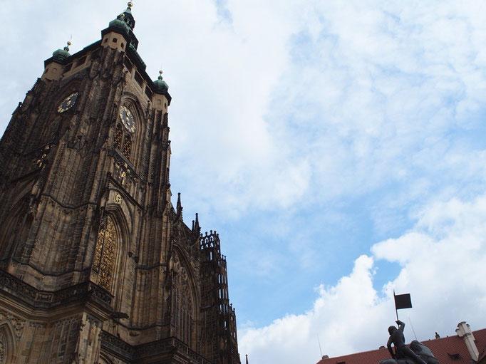 プラハ城へ到着 まずは聖ヴィート大聖堂へ 晴れ間が短かったのが少し残念...それでも重厚感たっぷりの外観