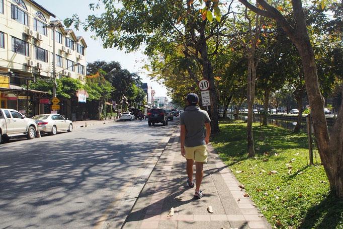 チェンマイの旧市街は四角いお堀で囲まれていて お堀に沿って 緑もたくさん