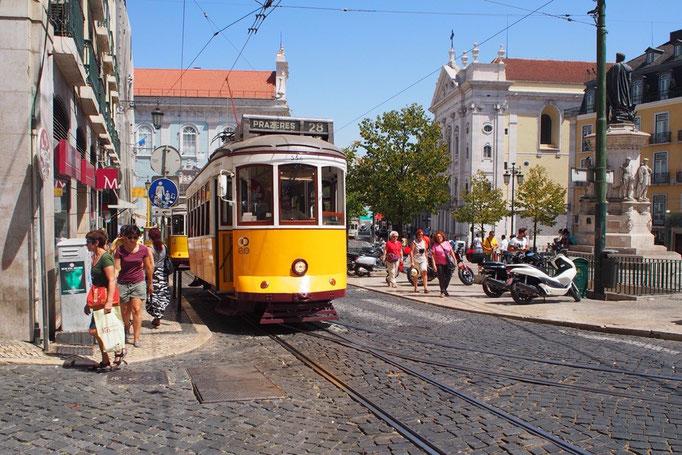 リスボンの街並み④ トラムがかわいい街並みを抜けて坂道を下って行く様子がなんとも素敵