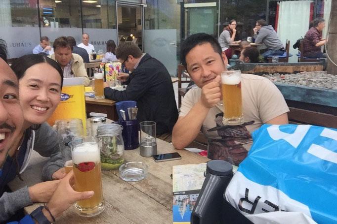 """そんなミュンヘン空港の中にある 空港に自家醸造所を持つ""""エアブロイ""""で出張中の兄とお疲れさまビール"""