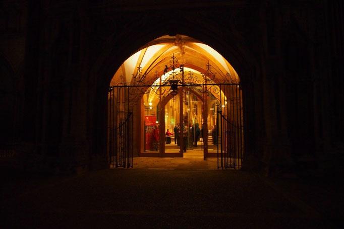 入り口の前に立つと 中からあたたかい光が迎えてくれます