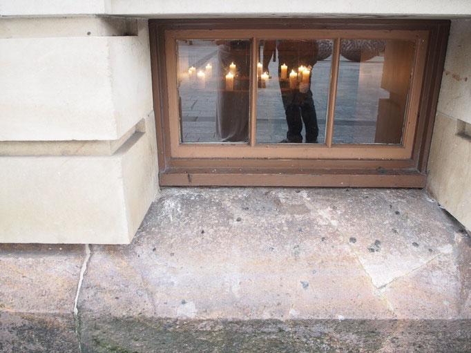 歴史を感じる素敵な建物 そこにこんな小窓があったら...中がどんな世界か気になってしまいます