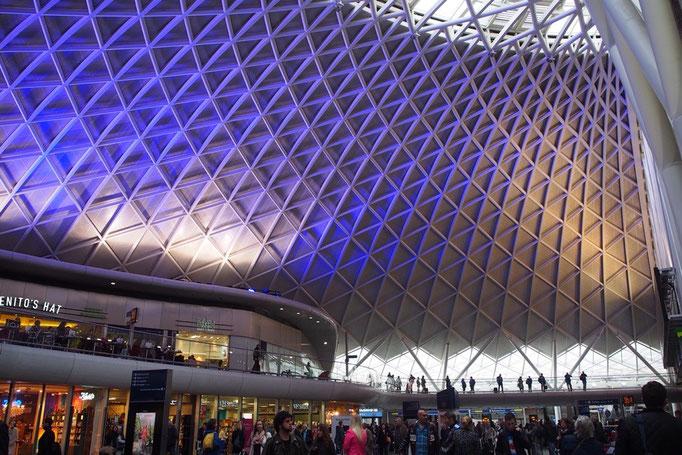 キングスクロス駅は歴史を感じさせる外観とは打って変わって 内装はとても近代的