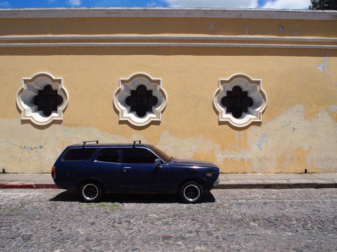 カラフルな壁とシックな色合いのクラシックカーがすごくお似合い