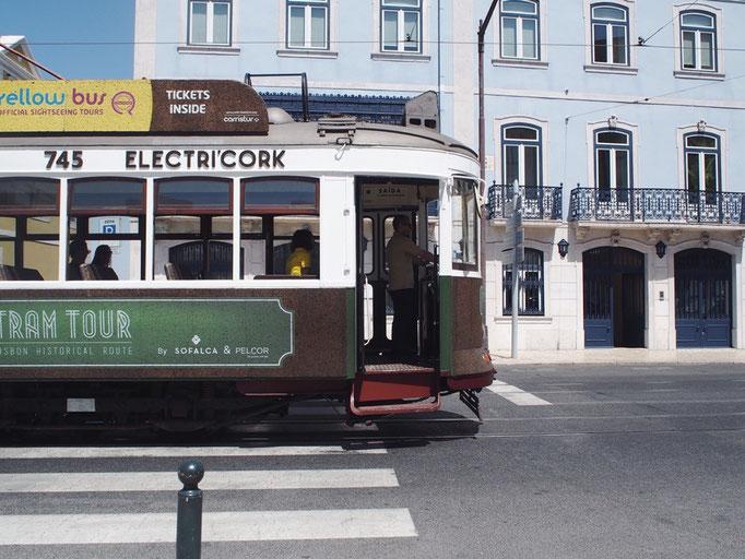 リスボンの街並み① 淡い色合いのトラム(路面電車)が街並みによくお似合い