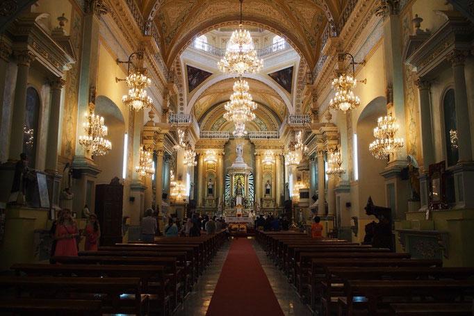 バシリカ教会の中は夕方になるとシャンデリアの光が聖堂に満ちて綺麗...