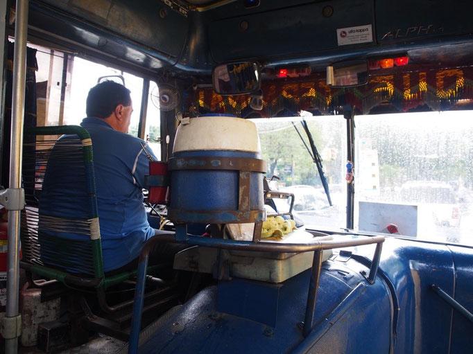 パラグアイはアルゼンチンと同じくマテ茶の浸透している国 バスの運転席の横に備え付けのマテ茶セットが